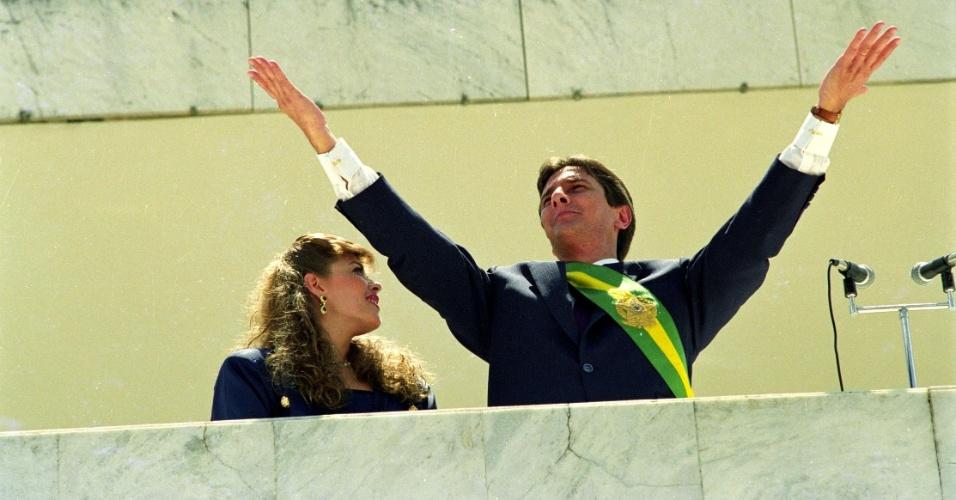 21.mai.2012 - Fernando Collor de Mello, ao lado de sua mulher, Rosane, acena para o público durante cerimônia de posse à Presidência da República do Brasil, em Brasília (DF), em março de 1990
