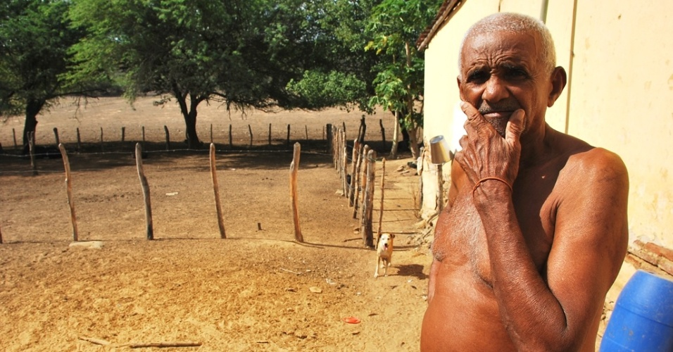 21.mai.2012 - José Vicente Gomes sofre com a seca em Pão de Açúcar (AL), às margens do rio São Francisco, e não tem como dar alimento ao gado