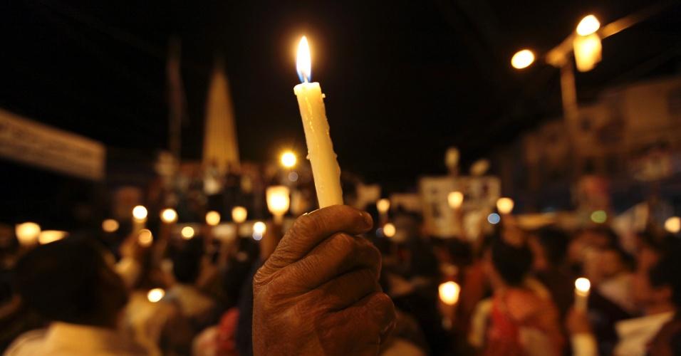 21.mai.2012 - Manifestantes antigoverno carregam velas durante um protesto em solidariedade ao jornalista iemenita preso por supostas ligações com a Al-Qaeda e condenado pelo ataque suicida que matou mais de 90 soldados em Sanaa, no Iêmen