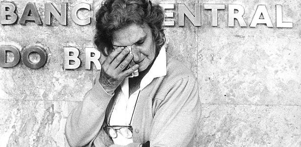 mulher chora na frente do banco central em sao paulo por ter ficado com o dinheiro retido apos vender a casa com a intencao de comprar outra no episodio de confisco das cadernetas de poupança