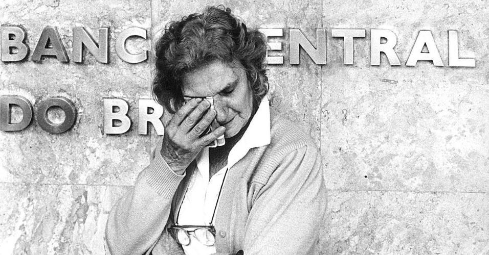 21.mai.2012 - Mulher chora na frente do Banco Central, em São Paulo, por ter ficado com o dinheiro retido após vender a casa com a intenção de comprar outra, no episódio de confisco das cadernetas de poupança, como parte do Plano Collor