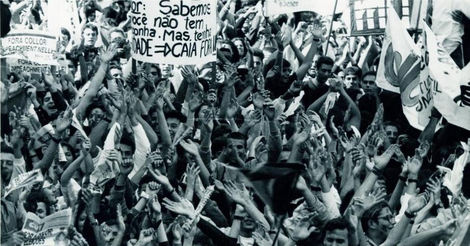 21.mai.2012 - Multidão grita slogans e segura faixas e cartazes durante manifestação pelo impeachment do então presidente Fernando Collor de Mello, em São Paulo (SP), em setembro de 1992