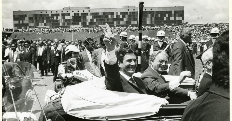 21.mai.2012 - O então presidente Fernando Collor de Mello e seu vice, Itamar Franco, passam no Rolls Royce oficial pela Esplanada dos Ministérios em direção ao Congresso Nacional, durante cerimônia de posse, em março de 1990