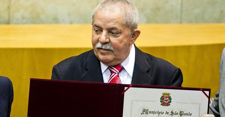 21.mai.2012 - O ex-presidente Luiz Inácio Lula da Silva exibe título de Cidadão Paulistano durante homenagem realizada pela Câmara Municipal de São Paulo