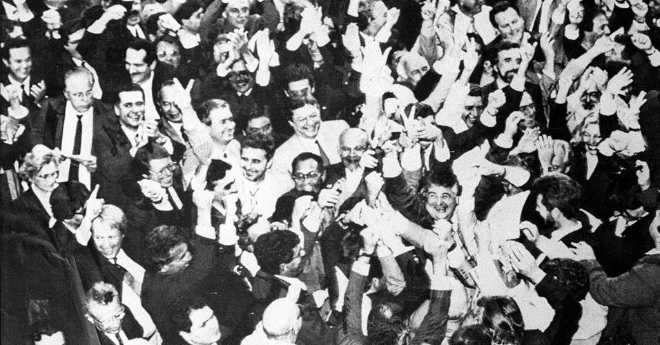 21.mai.2012 - Parlamentares comemoram votação do impeachment do presidente Fernando Collor de Mello no plenário da Câmara, em setembro de 1992