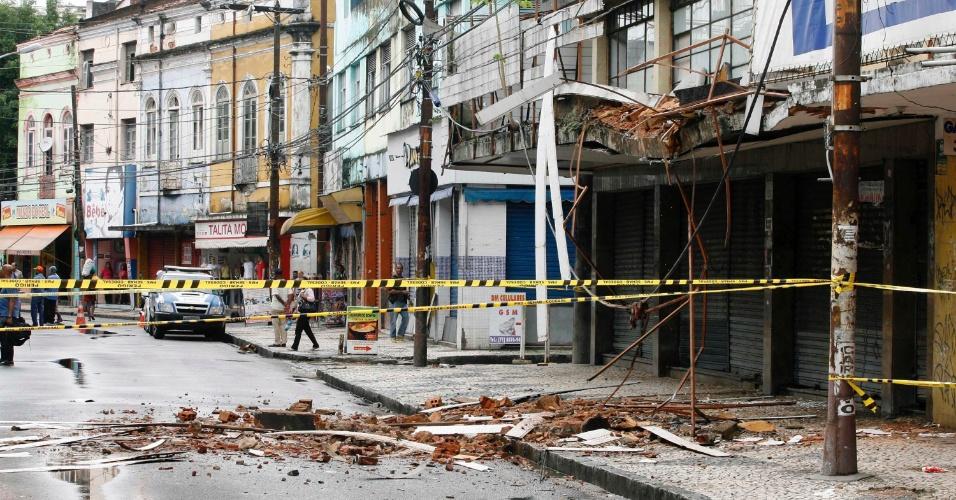 21.mai.2012 - Parte de um imóvel desabou na tarde desta segunda-feira, na avenida J.J. Seabra, em Salvador, devido à constante chuva que cai na capital baiana