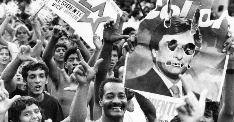 21.mai.2012 - Petistas levam cartazes a comício de Fernando Collor no Rio de Janeiro, em 1989