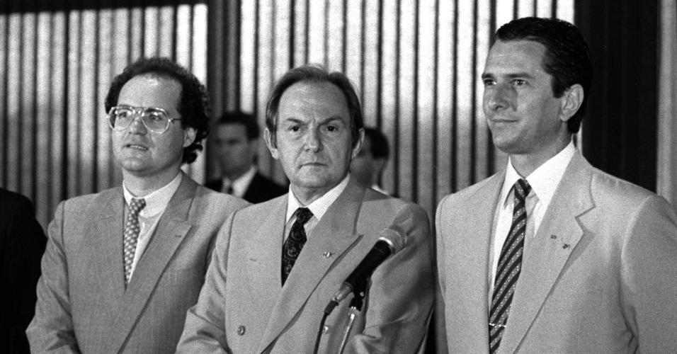 21.mai.2012 - Renan Calheiros (à esq.), à época líder do governo na Câmara, participa de solenidade com Fernando Collor de Mello e o então ministro da Justiça, Bernardo Cabral, em junho de 1990