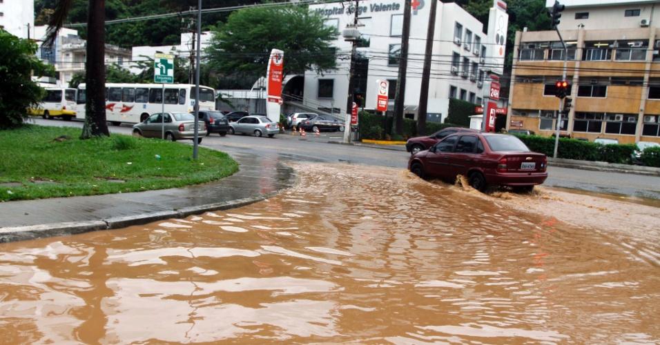 21.mai.2012 - Salvador, na Bahia, amanheceu com muita chuva nesta segunda-feira (21). Na foto, a av.  Garibaldi, uma das mais movimentadas da capital, ficou completamente alagada