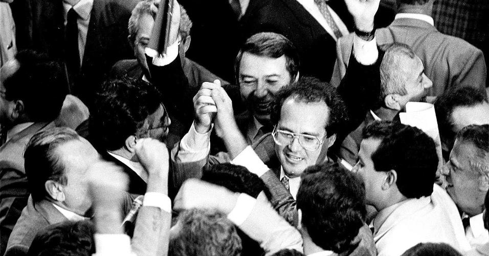 21.mai.2012 - Senadores comemoram votação que acabou com o confisco das contas bancárias, em Brasília, durante o governo do então presidente Fernando Collor de Mello, em abril de 1990