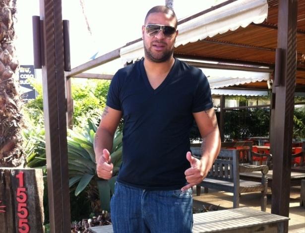 Adriano já pode pisar no chão após colocar bota ortopédica (21/05/2012)