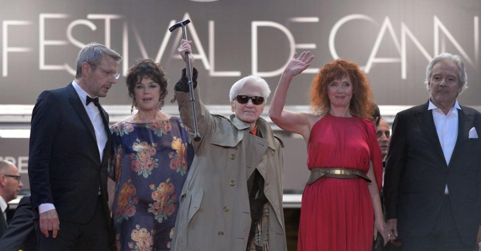 """Da esquerda para a direita, o ator Lambert Wilson, a atriz Annie Duperey, o diretor Alain Resnais, a atriz Sabine Azema e o ator Pierre Arditi posam para fotos depois da exibição de """"Vous N'Avez Encore Rien Vu!"""" no Festival de Cannes 2012 (21/5/12)"""