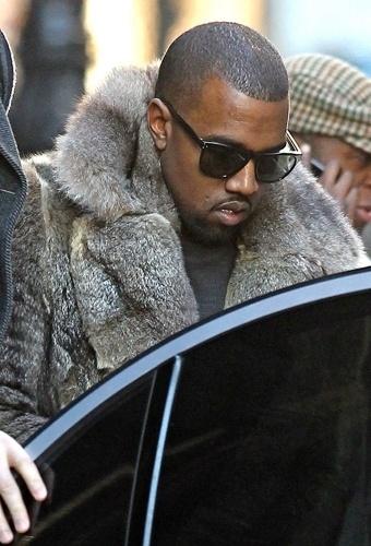 Kanye West em casaco de pele