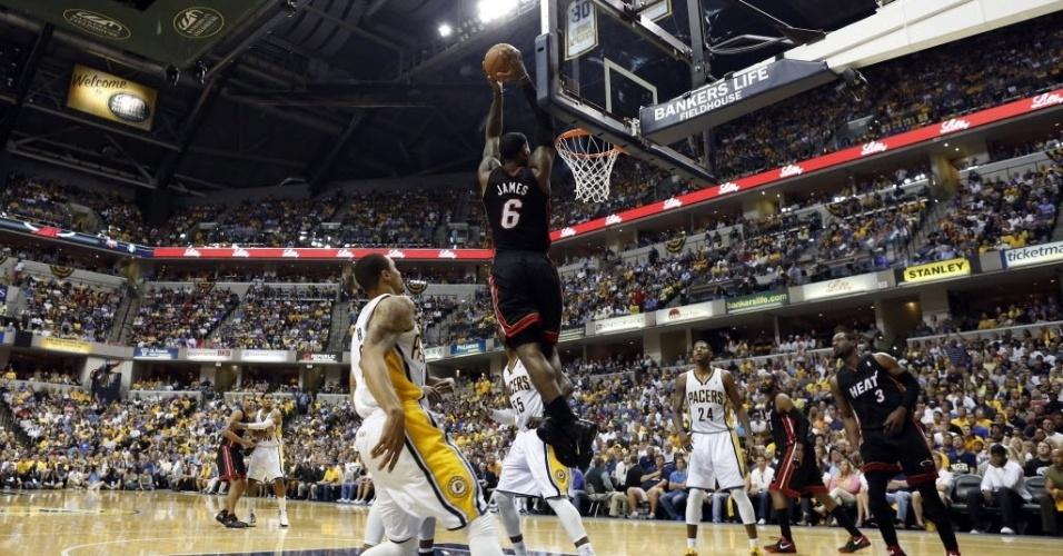 Lebron James 'voa' para enterrar e anotar mais dois pontos na vitória do Miami Heat sobre o Indiana Pacers pela semifinal da Conferência Leste