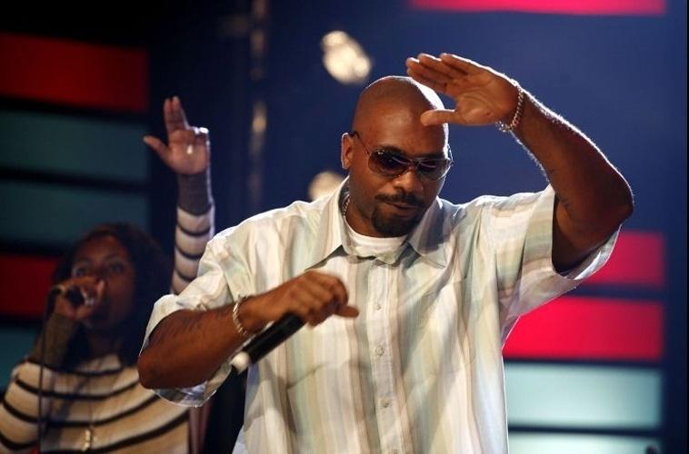 MV Bill é um dos maiores expoentes do movimento hip hop brasileiro. No seu estilo, ele usa muitas camisas de manga curta, camisetas e calças mais largas