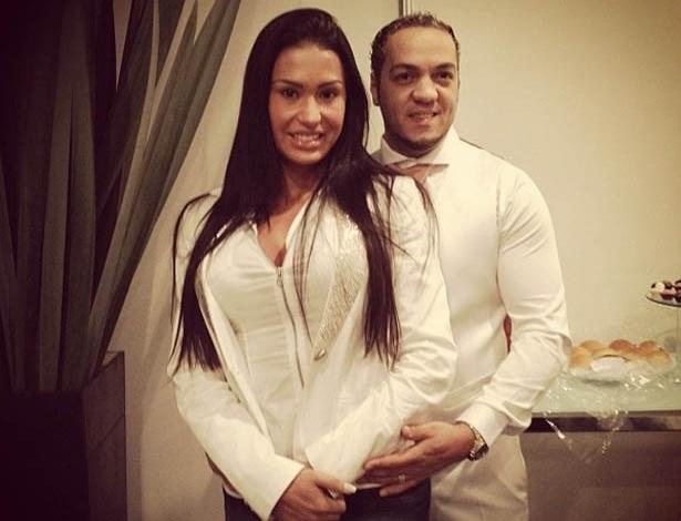 No Twitter, Belo mostra foto ao lado de Gracyanne (21/5/2012)