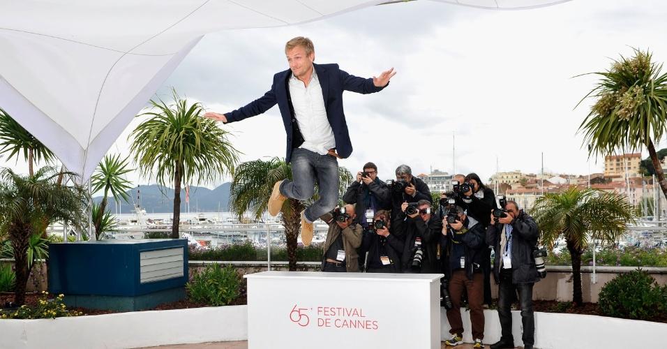 """O ator Jeremie Renier pula durante fotos na apresentação do filme """"Elefante Blanco"""" no Festival de Cannes 2012 (21/5/12)"""