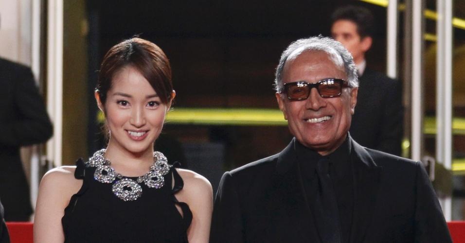 """O diretor Abbas Kiarostami e a atriz Rin Takanashi chegam à exibição do filme """"Like Someone in Love"""" no Festival de Cannes 2012 (21/5/12)"""