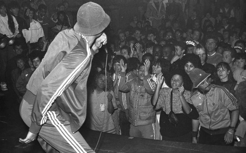 O rapper Código Treze durante show no extinto Aeroanta em 1988, em São Paulo (SP)