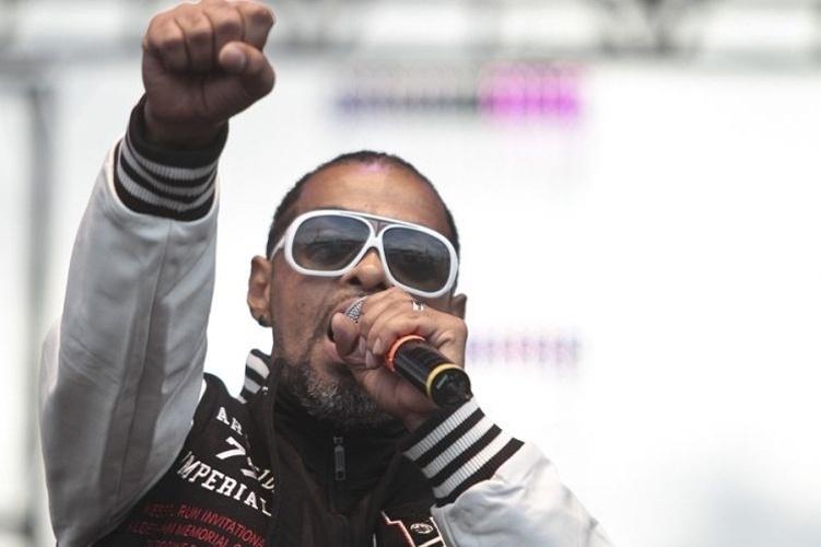 O rapper Thaide faz parte da primeira geração do movimento hip hop e continua fiel ao seu estilo com óculos grandes e agasalho esportivo