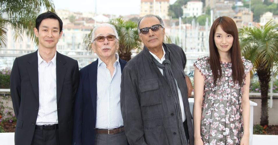 """Os atores Ryo Kase e Tadashi Okuno, o diretor iraniano Abbas Kiarostami e a atriz Rin Takanashi posam durante apresentação do filme """"Like Someone in Love"""" no Festival de Cannes 2012 (21/5/12)"""