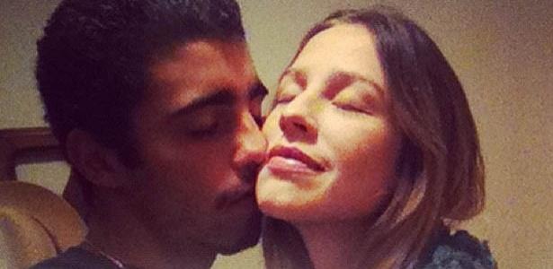 Pedro Scooby, marido de Luana Piovani, mostra foto de momento romântico ao lado da atriz no Twitter (20/5/2012)