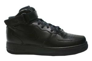 Tênis preto de cano alto modelo Air Force da Nike; a partir de R$ 349 ...