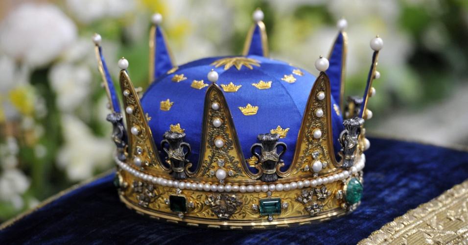 22.mai.2012 - A coroa real sueca éexibida durante a cerimônia de batismo da princesa Estela, nesta terça-feira, em Estocolmo