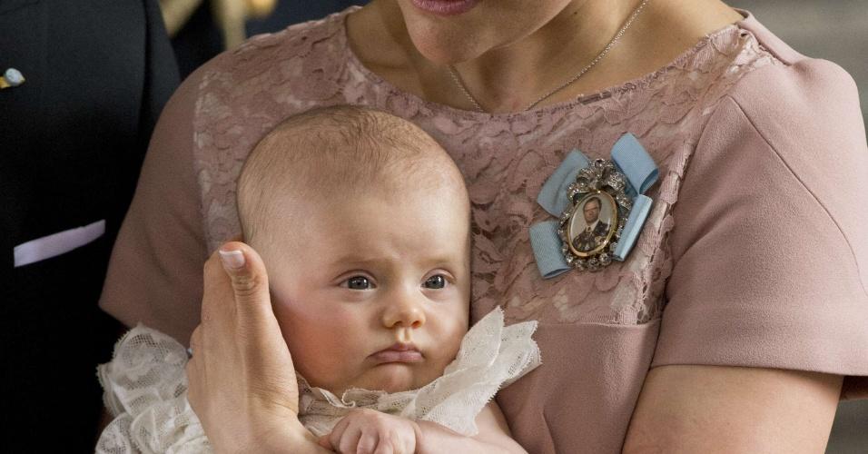 22.mai.2012 - A princesa herdeira Victoria da Suécia segura no colo sua filha, a princesa Estela, durante a cerimônia de batizado realizado nesta terça-feira, em Estocolmo