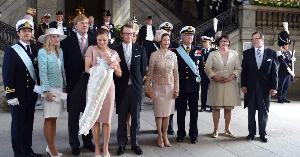 22.mai.2012 - A princesa Victoria da Suécia posa junto à família real com a princesa Estela no colo após a cerimônia de batizado realizada nesta terça-feira em Estocolmo