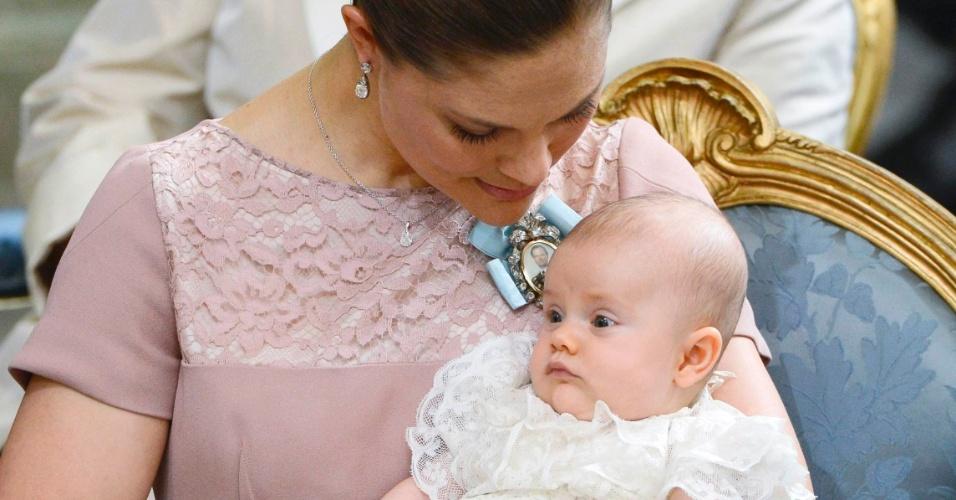 22.mai.2012 - A princesa Victoria, da Suécia, segura no colo a princesa Estela, durante a cerimônia de batizado realizada nesta terça-feira, em Estocolmo