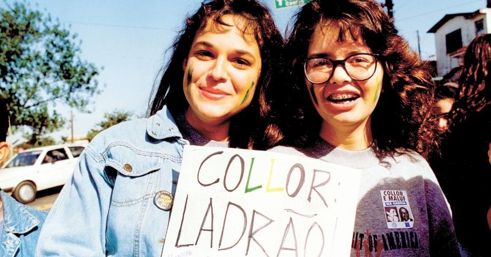22.mai.2012 - Alunas do colégio Condessa Matarazzo marcham a caminho da avenida Paulista para manifestação pelo impeachment de Collor, em São Paulo, em setembro de 1992