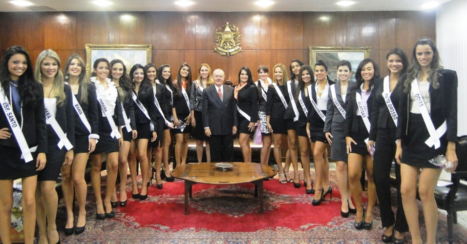 22.mai.2012 - Candidatas do Miss Brasil Globo 2012 foram recebidas pelo senador Jos&#233; Sarney durante visita ao Congresso Nacional, em Bras&#237;lia, realizada paralelamente ao depoimento do bicheiro Carlinhos Cachoeira. O concurso escolher&#225; a brasileira que representar&#225; o pa&#237;s no Miss Globo Internacional