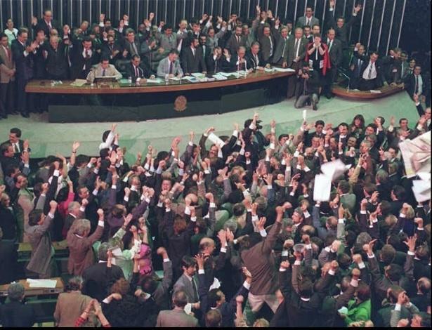 22.mai.2012 - Deputados comemoram votação que determinou o impeachment do então presidente Fernando Collor de Mello, em setembro de 1992