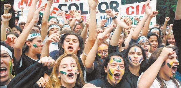 """Estudantes """"caras-pintadas"""" em ato contra Collor, em São Paulo, em setembro de 1992"""