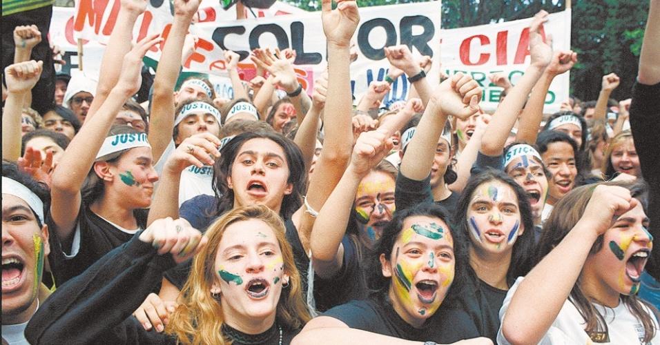 """22.mai.2012 - Jovens com os rostos pintados de verde e amarelo, os famosos """"caras-pintadas"""", participam de manifestação pelo impeachment de Collor, em São Paulo, em setembro de 1992"""
