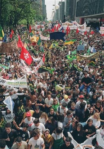 22.mai.2012 - Manifestação de caras-pintadas na avenida Paulista, em São Paulo, pede o impeachment do então presidente Fernando Collor de Mello, em agosto de 1992