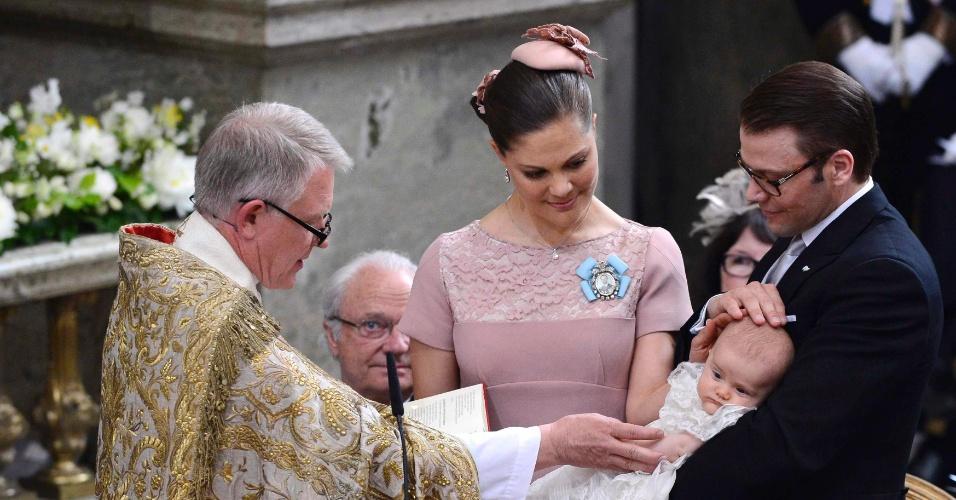 22.mai.2012 - O arcebispo Anders Wejryd (à esq.) abençoa a princesa Estelle, filha da princesa Victoria (centro), e o príncipe Daniel (à dir.), durante batizado em Estocolmo, na Suécia  O arcebispo Anders Wejryd (à esq.) abençoa a princesa Estelle, filha da princesa Victoria (centro), e o príncipe Daniel (à dir.), durante batizado em Estocolmo, na Suécia