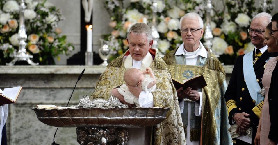 22.mai.2012 - O arcebispo de Uppsala, e primaz da Igreja Luterana sueca, Anders Wejryd batiza nesta terça-feira a princesa Estela, nascida em 23 de março, filha da princesa Victoria e do príncipe Daniel