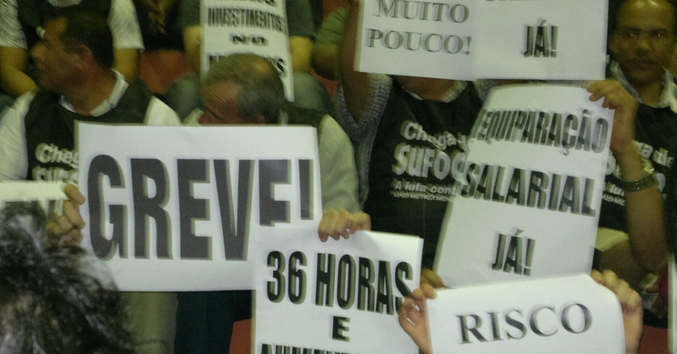22.mai.2012 - Os funcion&#225;rios do Metr&#244; de S&#227;o Paulo levantam as m&#227;os em favor da greve durante assembleia que aprovou a paralisa&#231;&#227;o. O movimento tamb&#233;m foi aderido pelo funcion&#225;rios da CPTM 