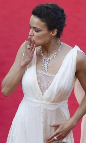 """A atriz Michelle Rodriguez manda beijo para os fãs ao chegar à exibição de """"Killing Them Softly"""" no Festival de Cannes 2012 (22/5/12)"""