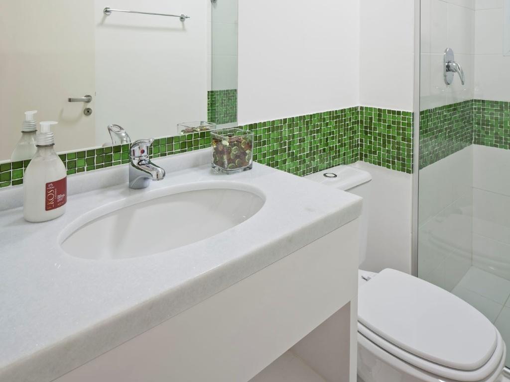 No banheiro da segunda suíte do apartamento em São Paulo reformado  #384A21 1024x768 Banheiro Com Bancada Branca