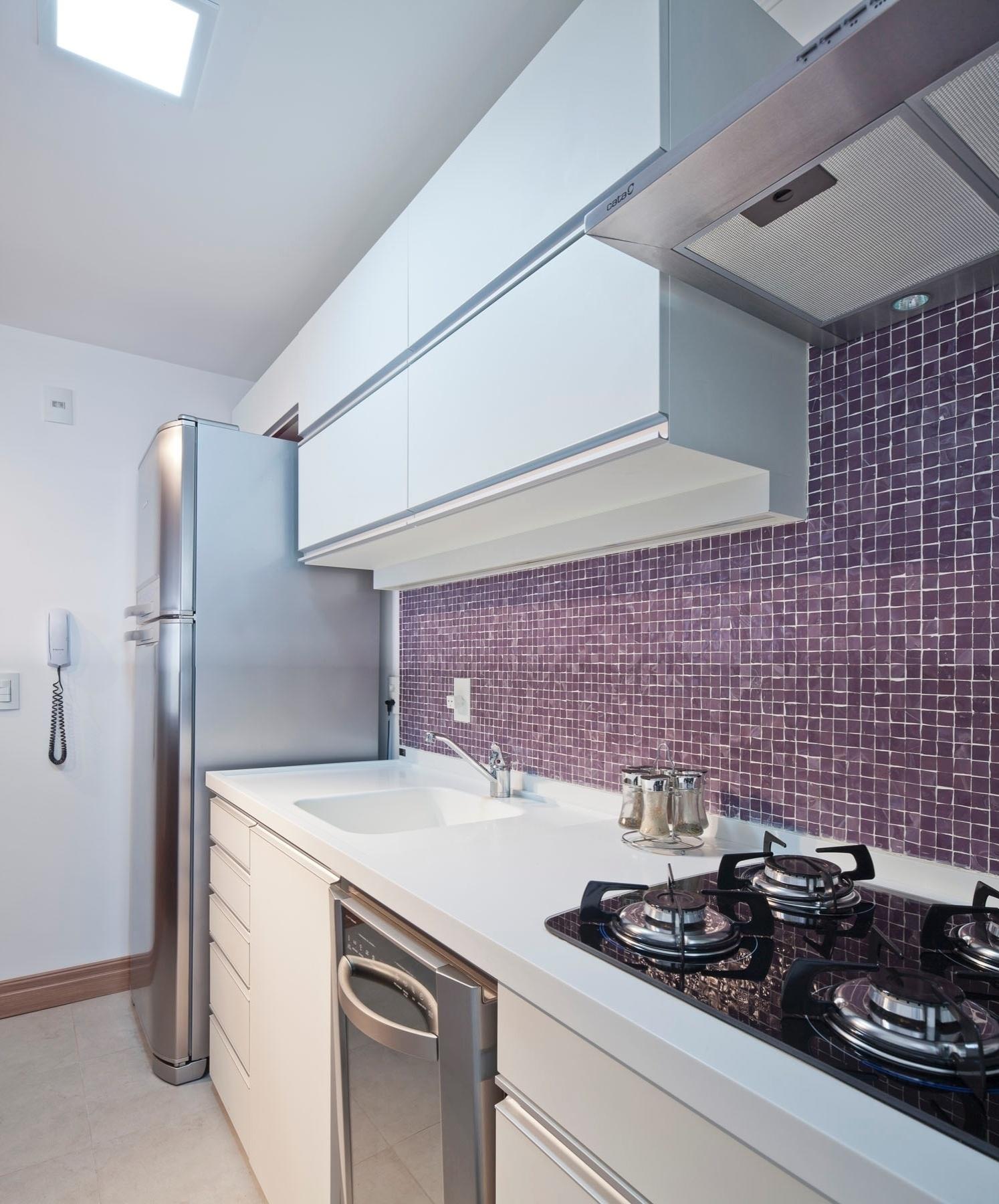 projeto de interiores do apartamento em Porto Alegre. O tampo da #556576 1494 1800