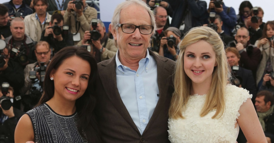 "As atrizes Jasmin Riggins (esq) e  Siobhan Reilly posam ao lado do diretor Ken Loach, que apresenta o filme ""The Angel's Share"", em Cannes (22/5/12)"
