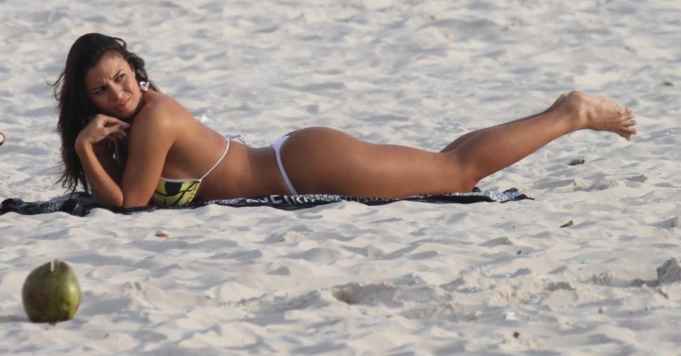 Carol Abranches curte praia na Barra da Tijuca, zona oeste do Rio (22/5/12)