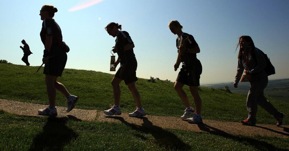 Chama Olímpica é carregada até Glastonbury Tor, montanha na cidade de Glastonbury, sul da Inglaterra