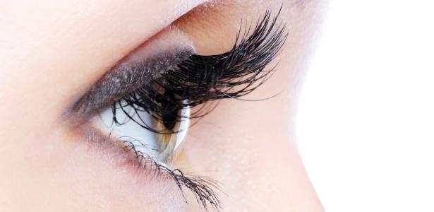 Maquiadores dão dicas para dar volume e alongar os cílios com curvex e máscara