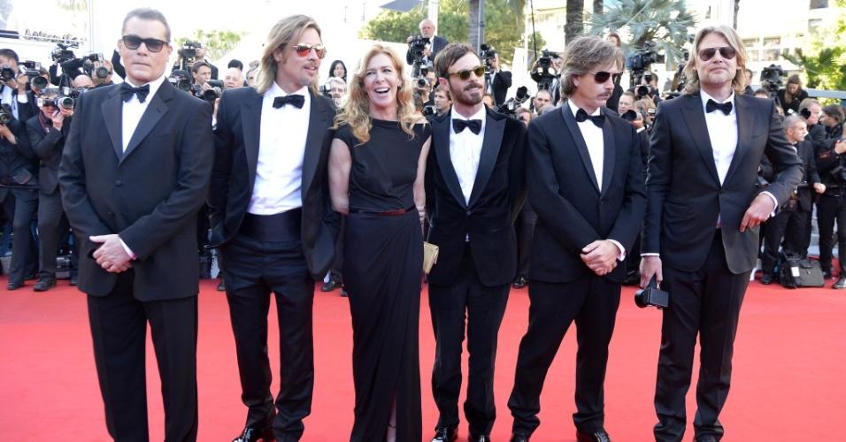 """Da esquerda para a direita, os atores Ray Liotta e Brad Pitt, o produtor Dece Gardner, os atores Scoot McNairy e Ben Mendelsohn e o diretor australiano Andrew Dominik posam para fotos antes da exibição de """"Killing Them Softly"""" no Festival de Cannes 2012 (22/5/12)"""