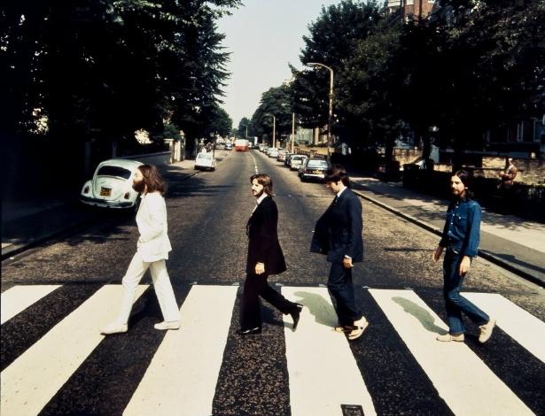 Foto da banda britânica Beatles cruzando a rua Abbey Road no sentido contrário da foto original