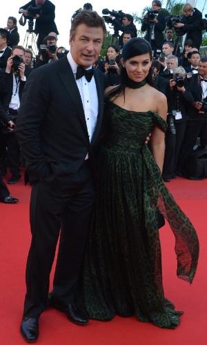 """O ator Alec Baldwin e sua noiva, Hilaria Thomas, posam no tapete vermelho do Palácio do Festival antes da exibição de """"Killing them Softly"""" no Festival de Cannes 2012 (22/5/12)"""